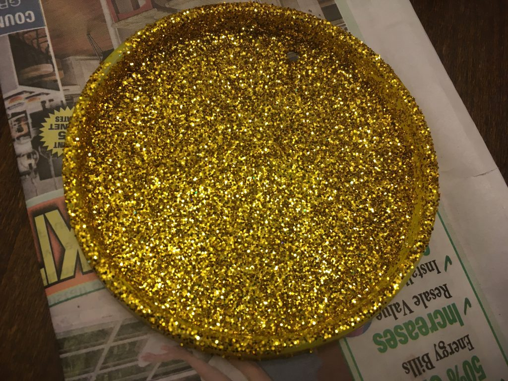 Make your own medal: Let the glitter dry